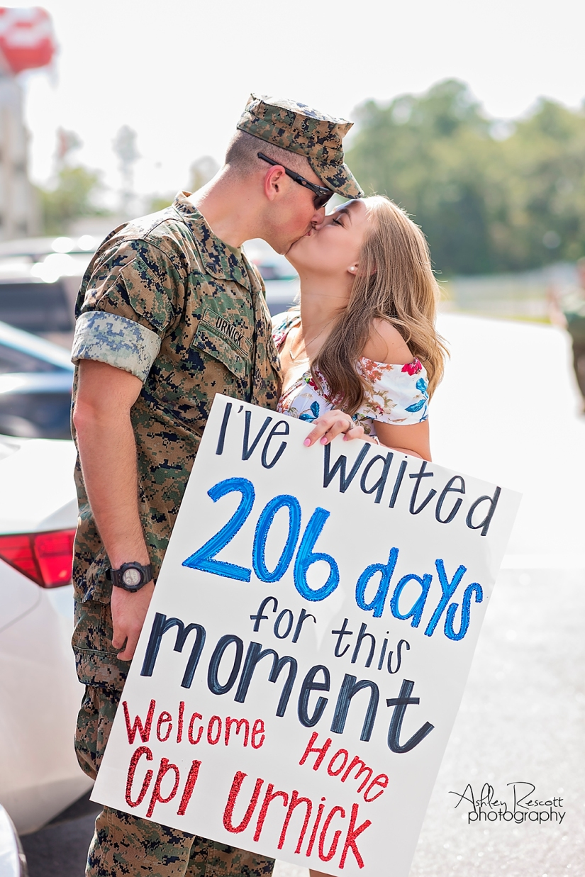marine and wife kissing homecoming sign