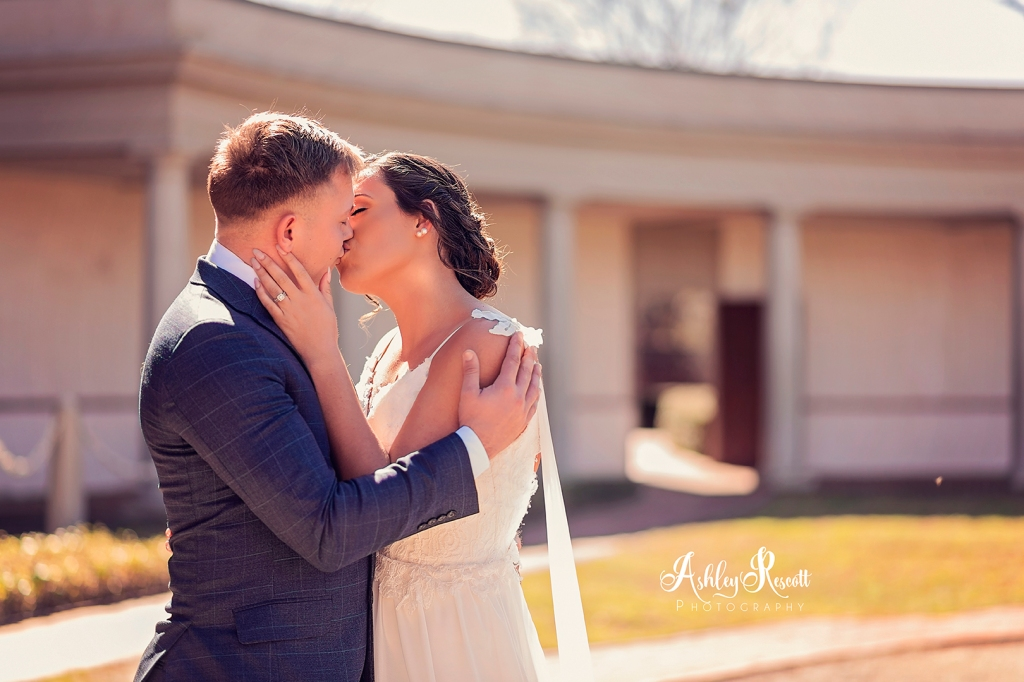 Bride & groom kissing in the sunshine
