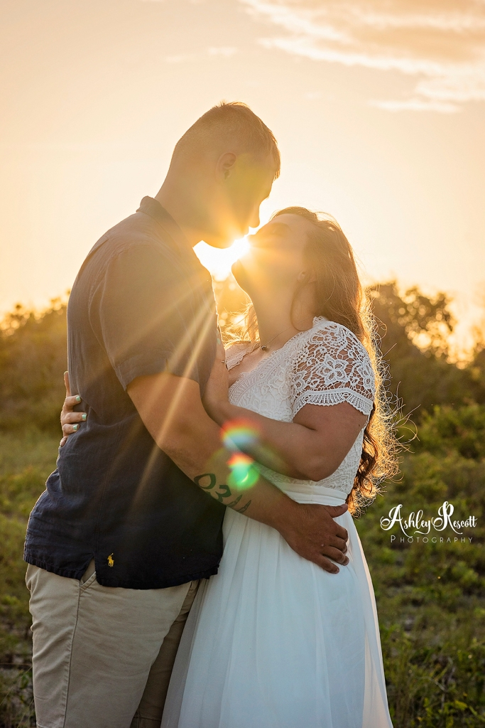 couple kissing with the sun coming through